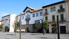 Sede del Ayuntamiento de Olot, que ha sido registrado esta mañana por la Guardia Civil