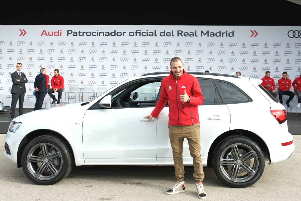 Karim Benzema posa con el coche oficial del club.