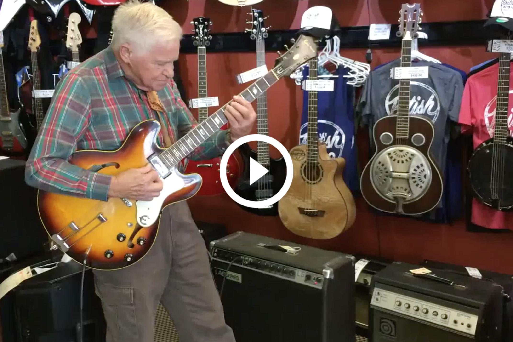 Anciano tocando la guitarra