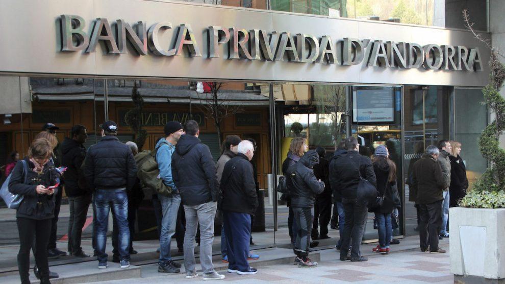 Clientes de BPA hacen cola para sacar el dinero del banco. (Foto: EFE)