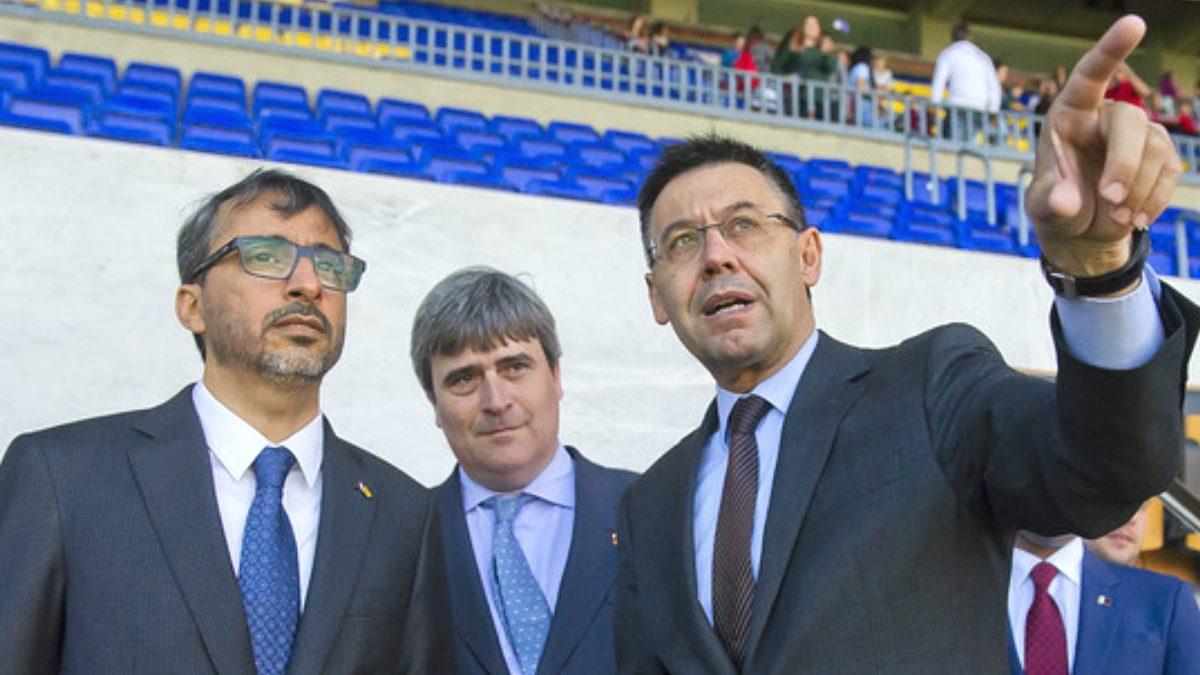 Cardenal acompaña a Shalah Bin Ghanim y Bartomeu en el Camp Nou.