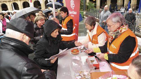 Voluntarios de Cáritas durante una cuestación. (Foto: Cáritas Bilbao)