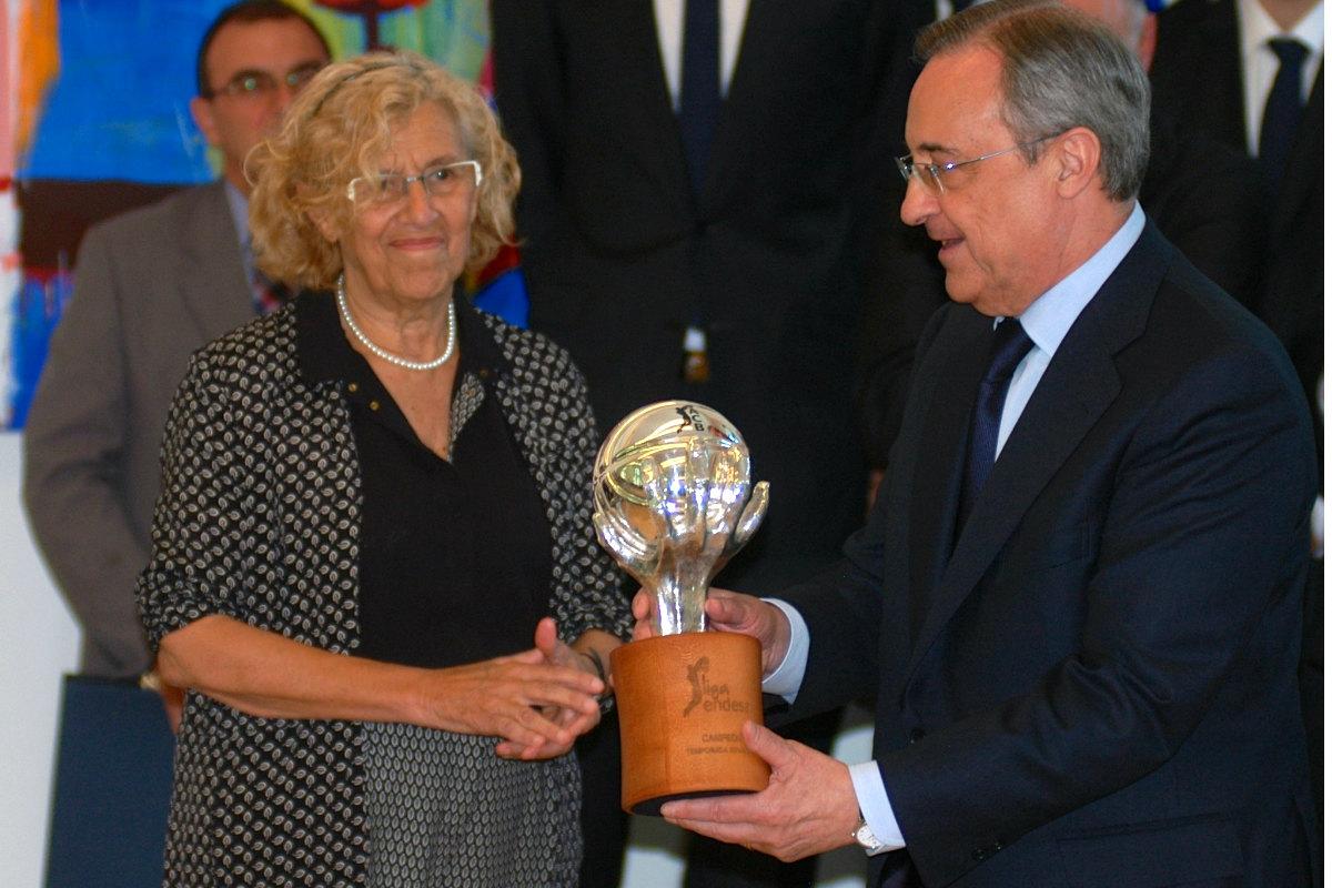 Carmena posa con el trofeo de la Liga Endesa logrado por el Real Madrid en junio.