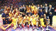 Los jugadores del Barcelona celebrando el título en el Martín Carpena.