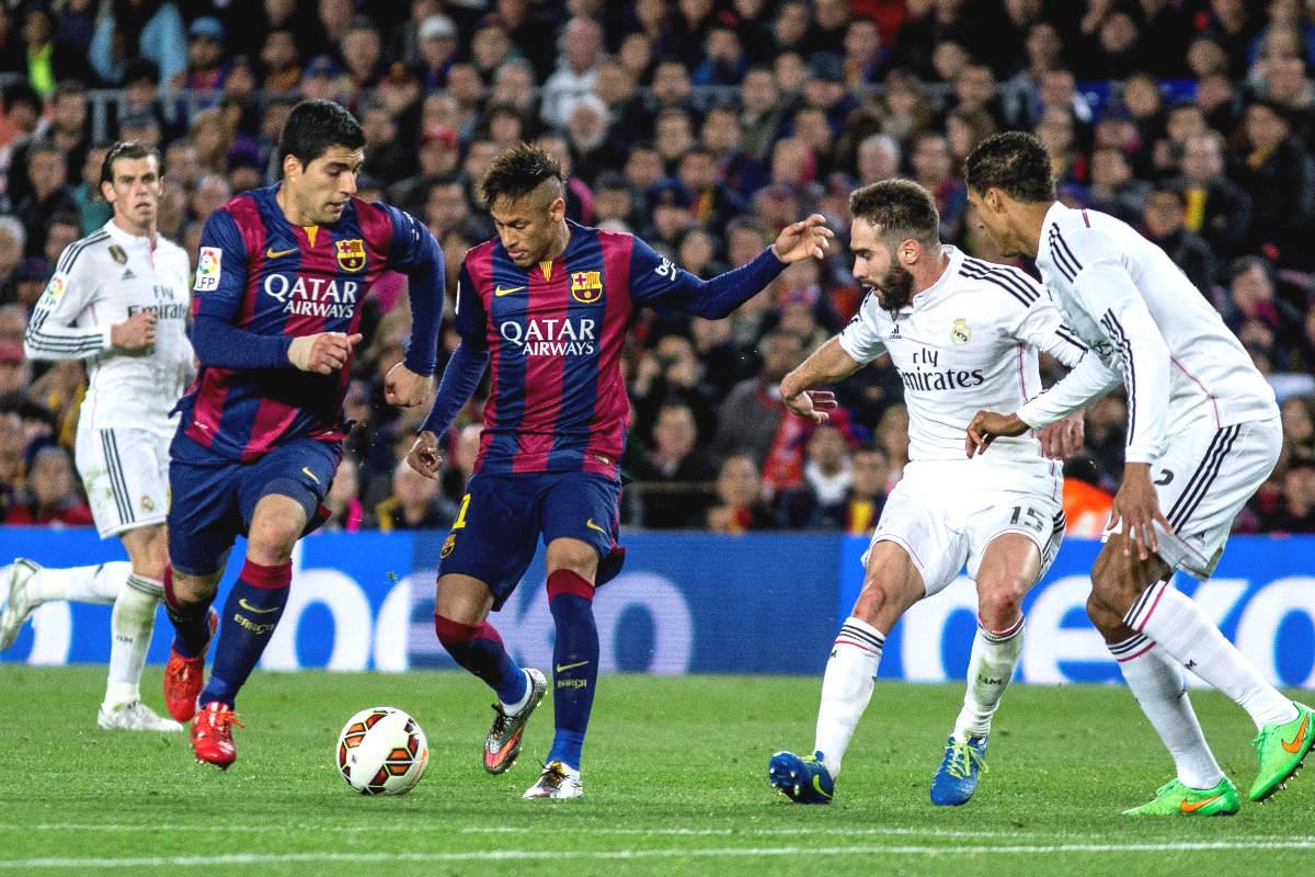 La defensa del Real Madrid persigue a Neymar la pasada temporada.