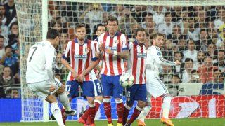 Cristiano Ronaldo lanza una falta en un derbi en el Bernabéu. (Getty)