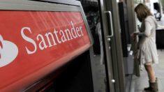 Un cliente de Banco Santander saca dinero del cajero. (Foto: EFE)