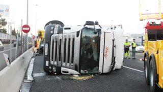El camión accidentado sobre la A-6 (Foto: Paco Toledo)