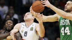 El alero italiano del Real Madrid Jonas Maciulis (c) entre el alero Jae Crowder (i) y el pívot Tyler Zeller (d), de los Boston Celtics. (Foto:EFE)
