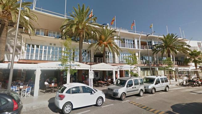 La esposa del conseller gestiona el restaurante del Club Marítimo de Mahón, del que es vicepresidente el apoderado de la constructora
