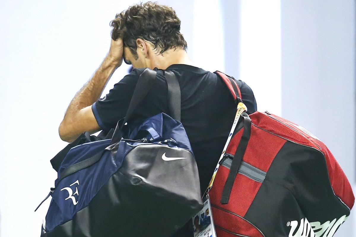 Roger Federer, abandonando la pista de Shangai muy contrariado.