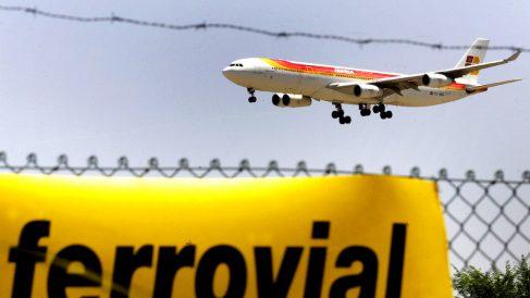 Un avión aterriza en el aeropuerto de Barajas. (Foto: EFE)