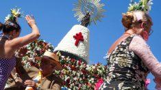 Imagen de la Virgen del Pilar y su manto de flores. (Foto: EFE)