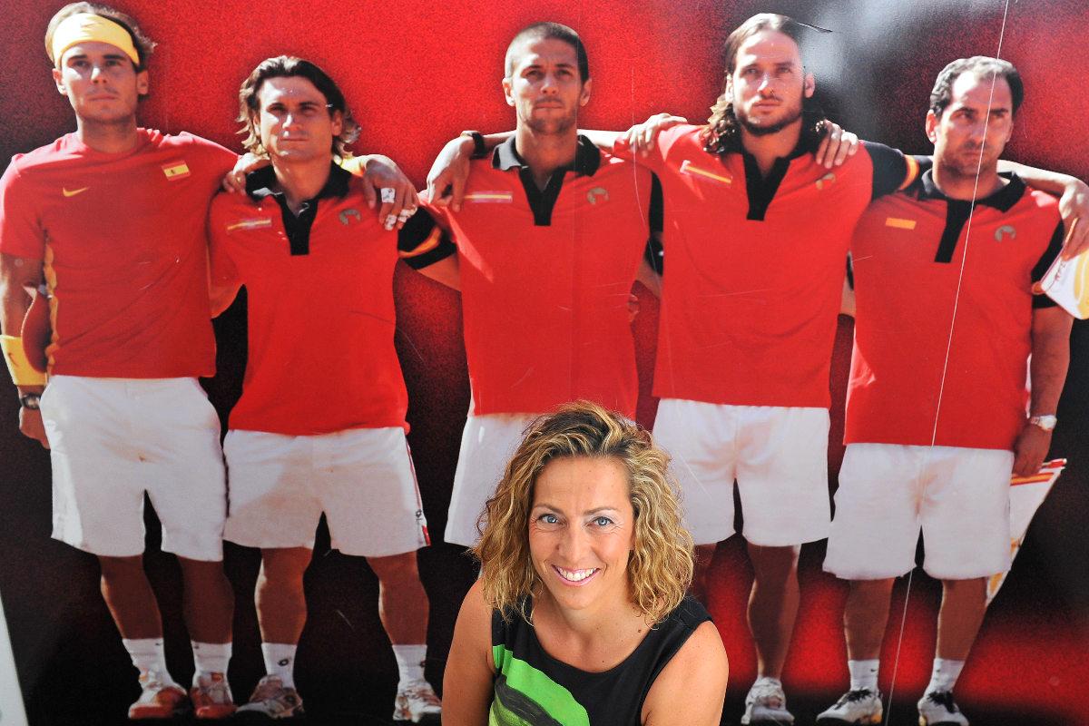 Gala León posa con un poster del anterior equipo de Copa Davis.