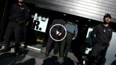 Agentes de la Guardia Civil ayer, durante el registro en la sede de CDC situada en la calle Córcega de Barcelona (Foto: Efe)