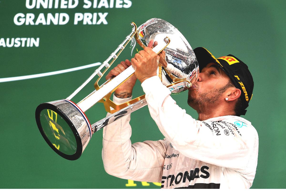 Hamilton besa el trofeo de campeón del GP de Austin.