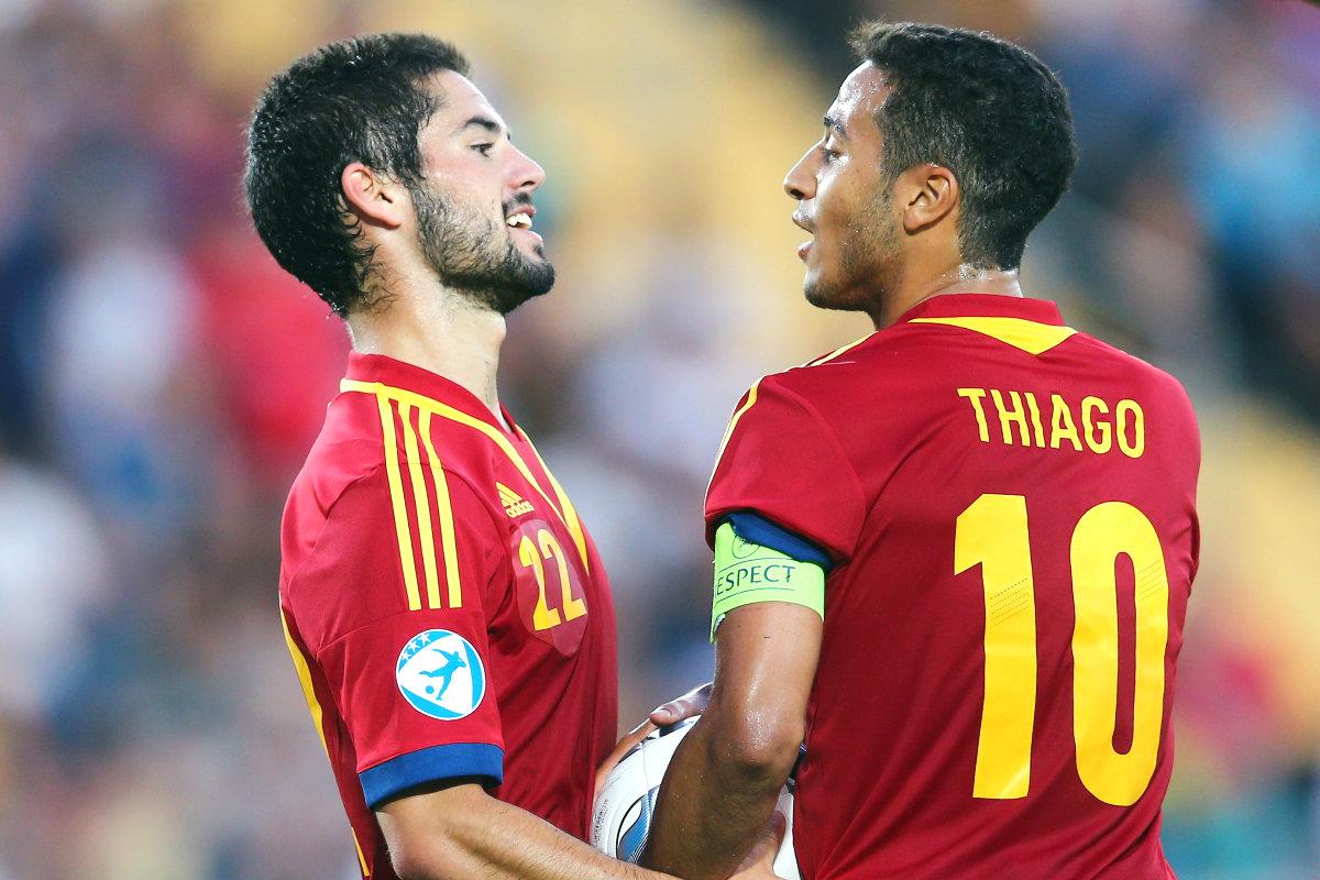 Isco y Thiago hablan durante el Europeo sub-21 de Israel. (Getty)