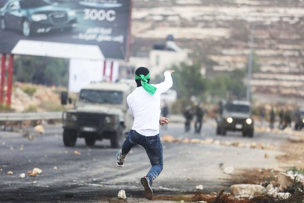 Un palestino lanza piedras contra las fuerzas de seguridad israelíes. (Foto: Getty)
