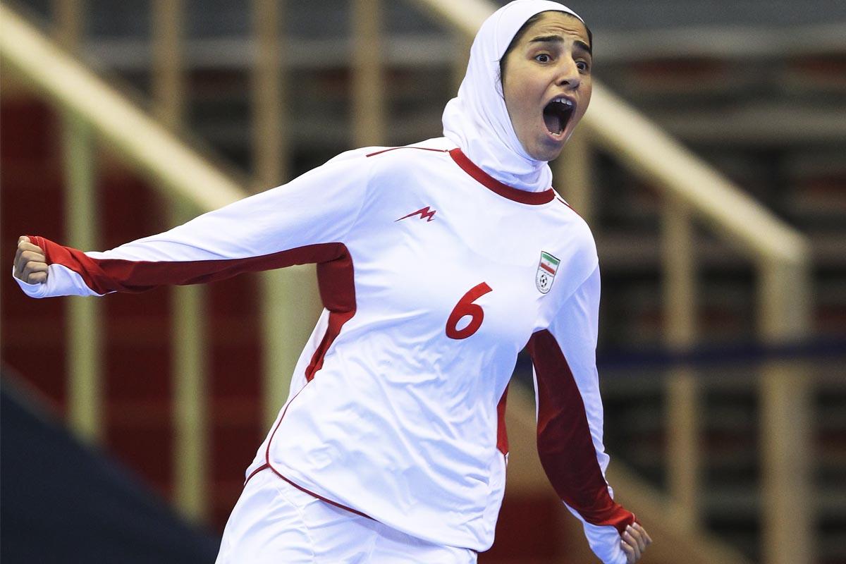 La jugadora iraní Gholami Nasimeh tras marcar un gol. (Foto: Getty)
