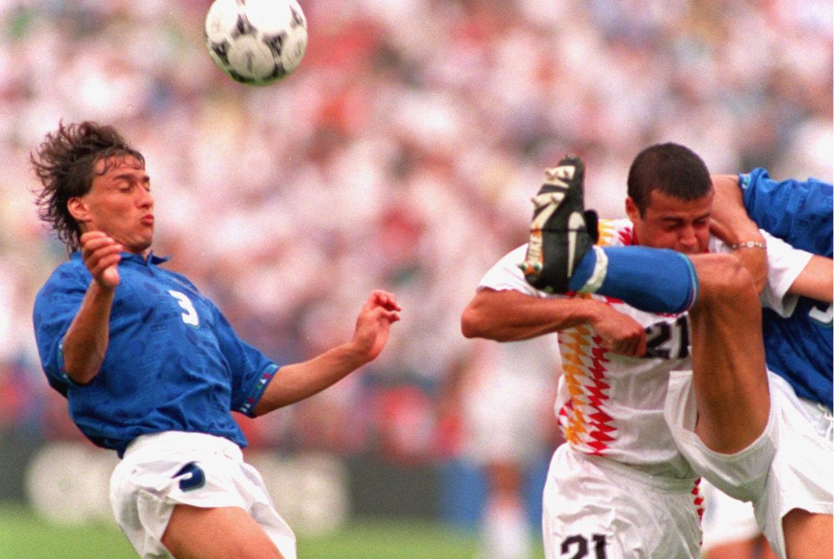 Luis Enrique intenta cabecear un balón en los cuartos de final del Mundial 1994 ante Italia.