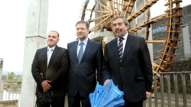 Marcelino Iglesias (en el centro) y Belloch, junto con un alcalde sirio en la inauguración de la ExpoZaragoza (Foto: Efe)