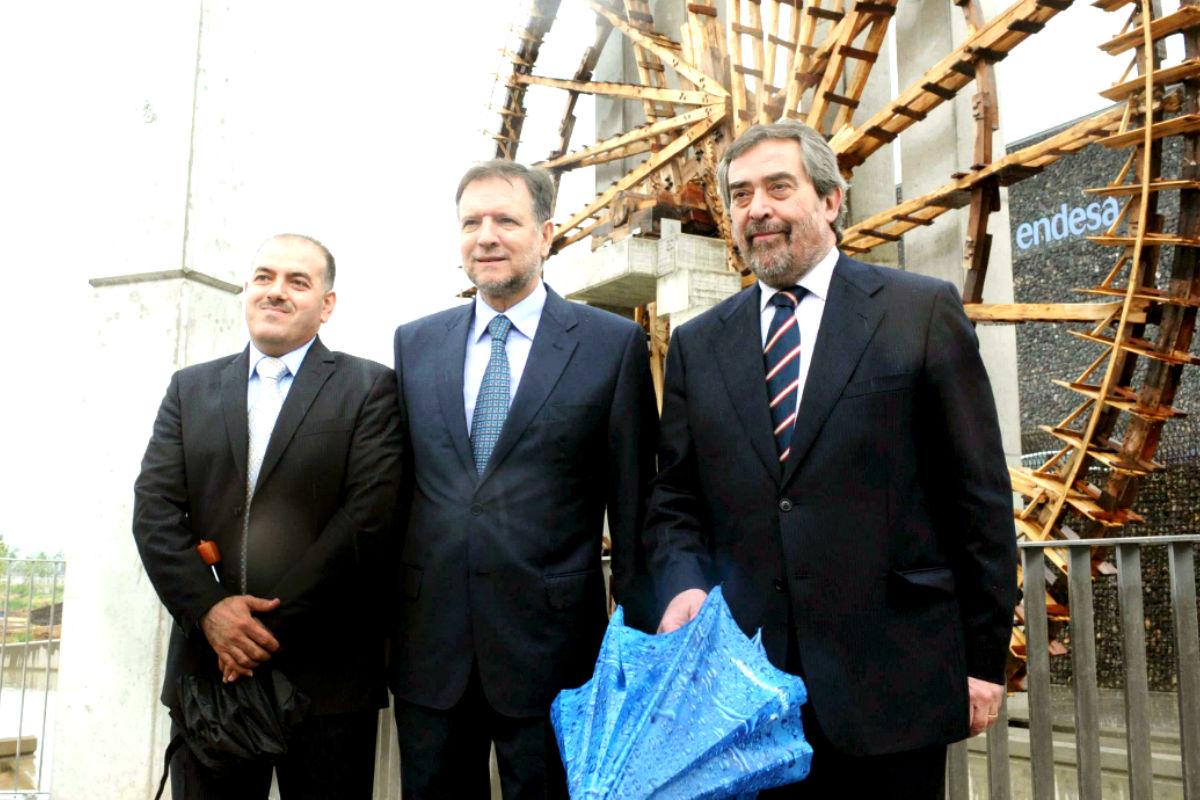 Marcelino Iglesias (en el centro) y Belloch, junto a un alcalde sirio en la ExpoZaragoza (Foto: Efe)