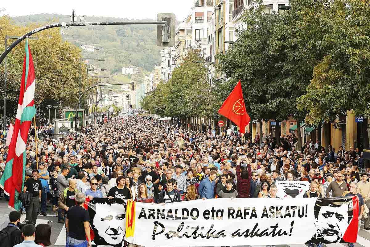 Manifestantes en San Sebastián en favor del etarra Arnaldo Otegui (Foto: EFE)