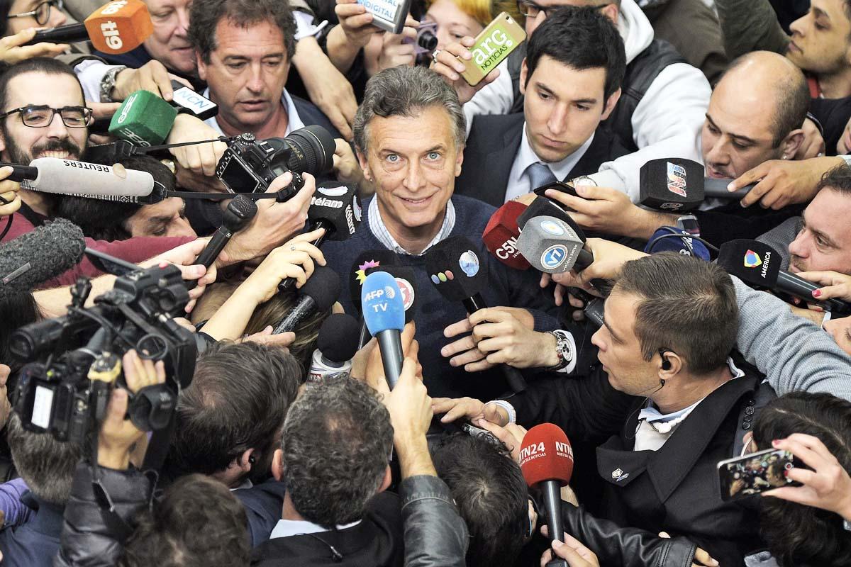 Mauricio Macri, candidato a la presidencia de Argentina, rodeado de medios tras depositar su voto. (Foto: AFP)