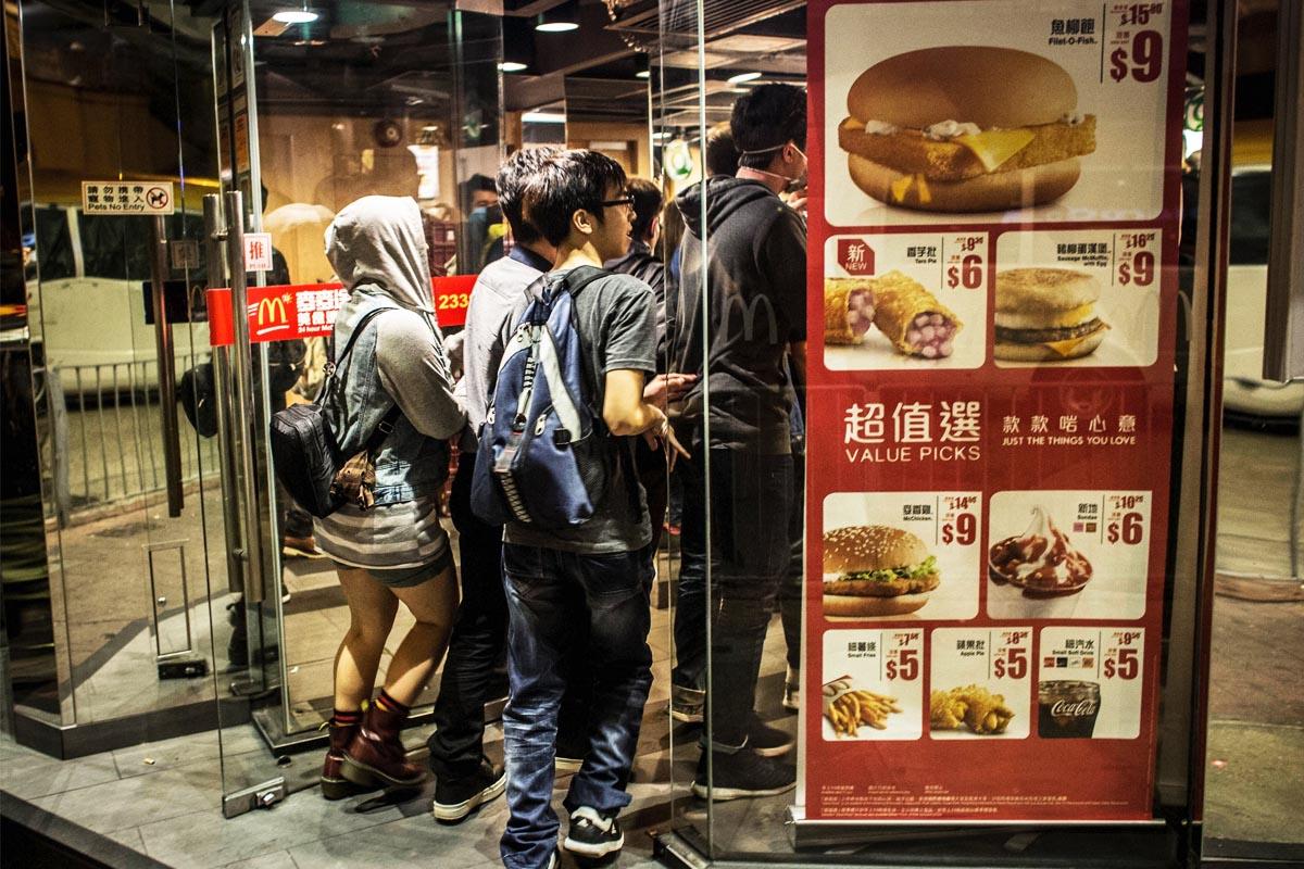 Clientes acceden a un restaurante McDonalds en Hong Kong. (Foto: Getty)