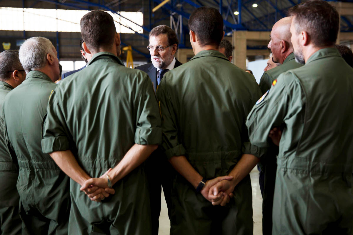 El presidente del Gobierno, Mariano Rajoy, con los compañeros de los militares fallecidos en la base aérea de Gando. (Foto: EFE)
