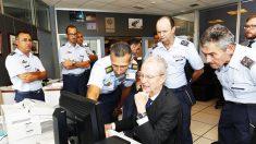 El ex ministro Morenés con empleados de seguridad (EFE)