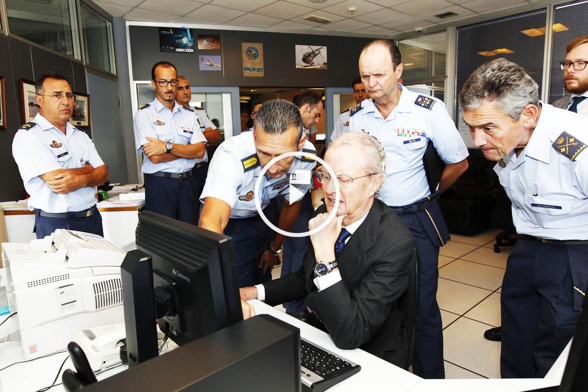 El ministro Morenés se desplazó a la base de Gando, en Gran Canaria (EFE)