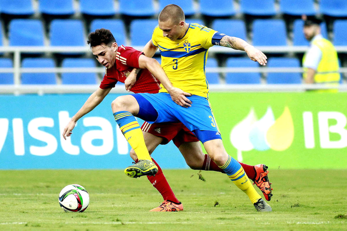 Munir pelea un balón ante Victor Nilsoon, de Suecia