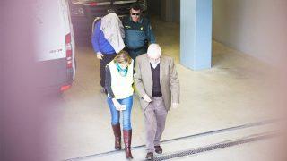 Josep Antoni Rosell se cubre la cabeza al acudir a declarar (Foto: Efe)