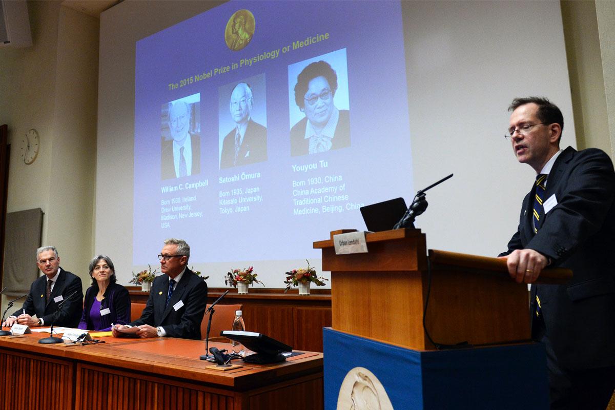 Urban Lendahl, Secretario del Comité del Nobel para Medicina y Fisiología anunciando el nombre de los tres premiados en 2015. (Foto: AFP)