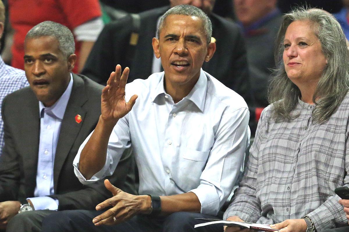 Barack Obama, en primera fila del partido con sus asesores.
