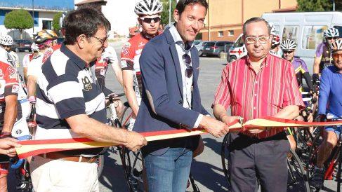 Pipe Gómez (en el centro) cortando la cinta protocolaria de su marcha ciclista.