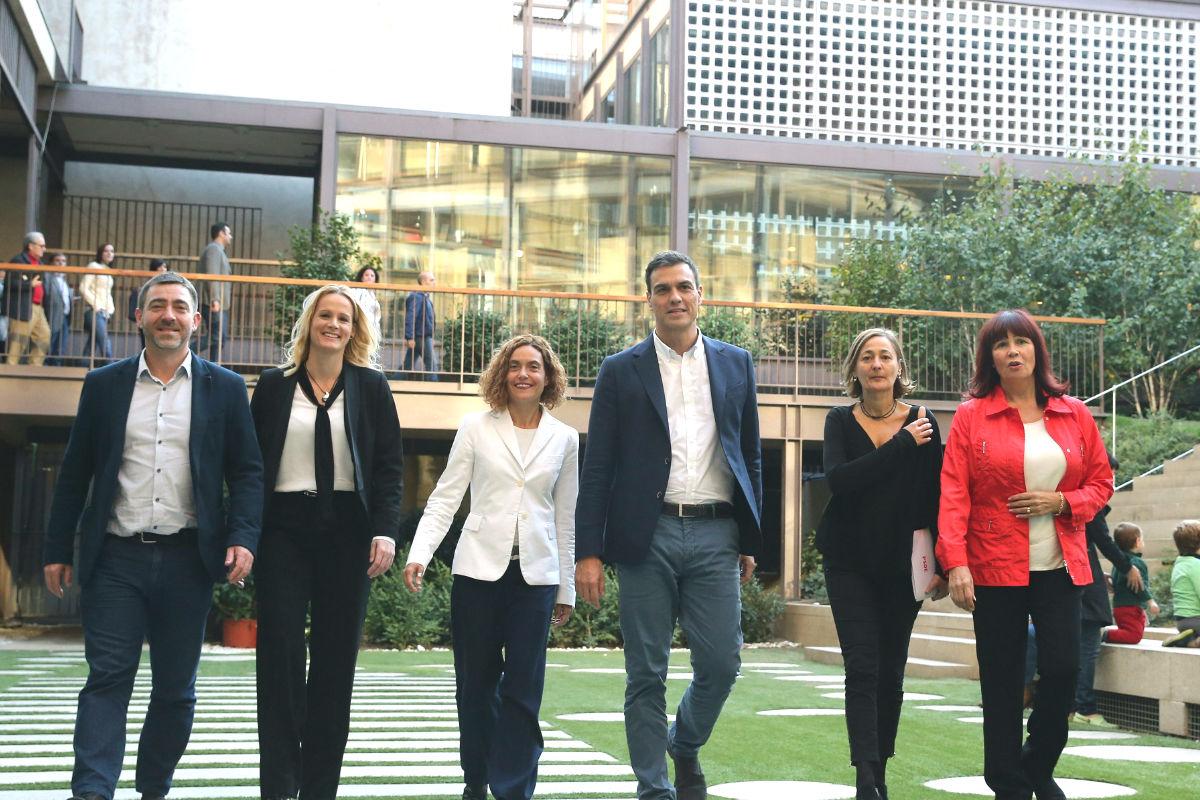 Sánchez junto a su equipo para presentar sus medidas económicas. (Foto:EFE)