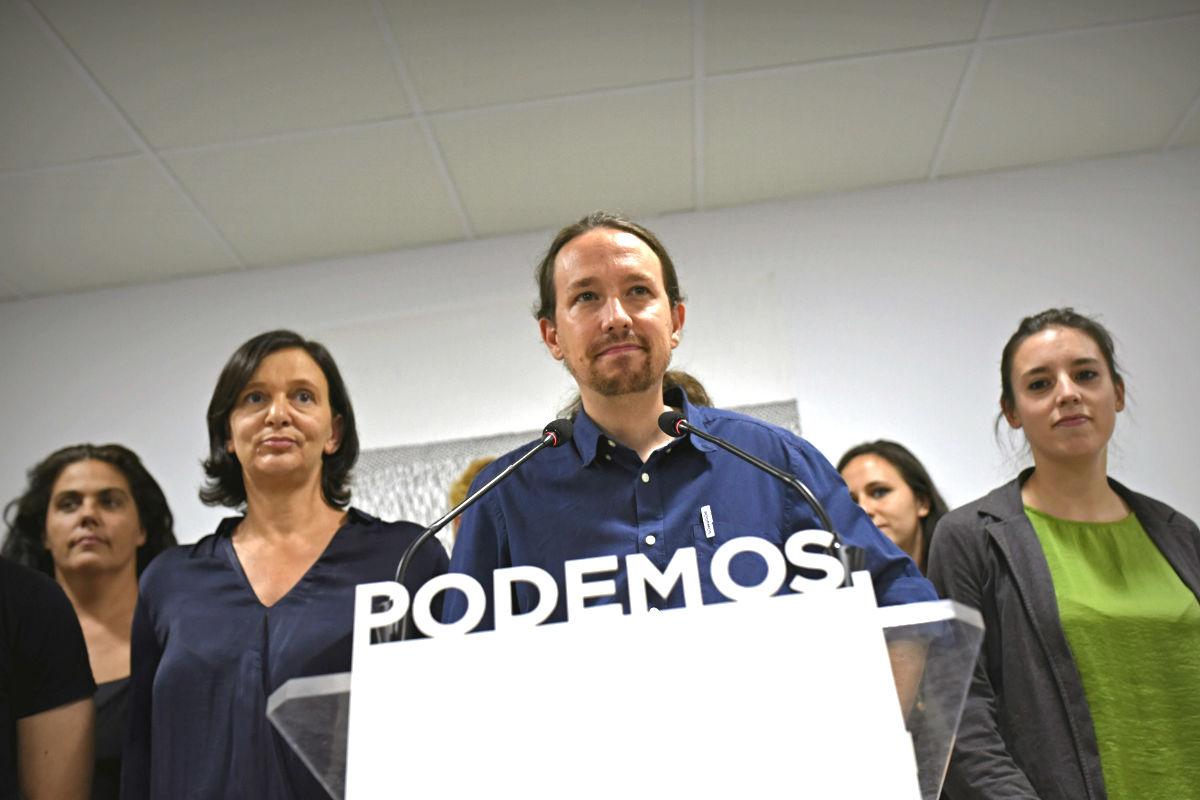 Pablo Iglesias acompañado de su equipo en la valoración de las elecciones catalanas. (Foto: EFE)