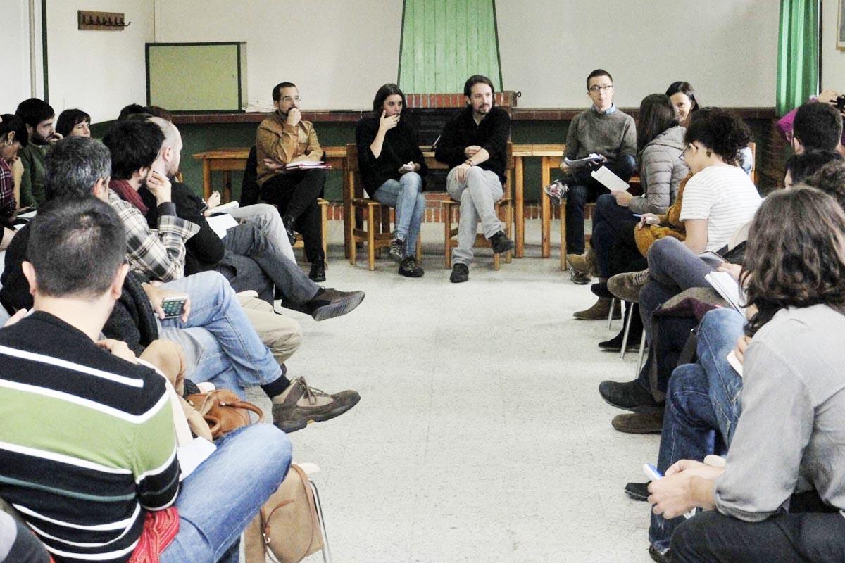Pablo Iglesias y su equipo en una reunión de Podemos en Segovia. (Foto: EFE)