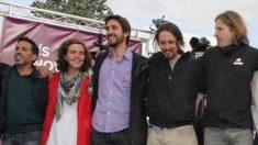 Pedro Palacio, en el centro, abrazado al líder de Podemos, Pablo Iglesias, en un acto de la formación morada en Castilla y León.