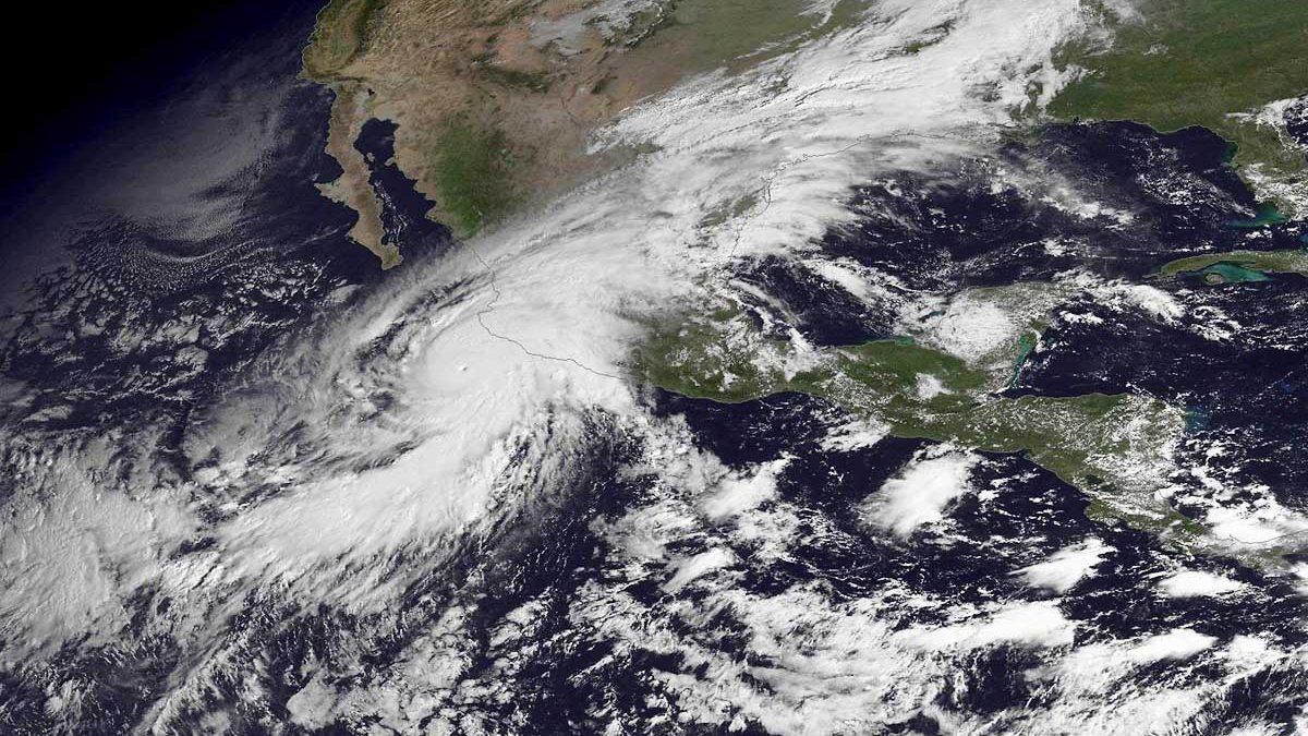 En esta imagen se observa el centro del huracán aproximándose a México