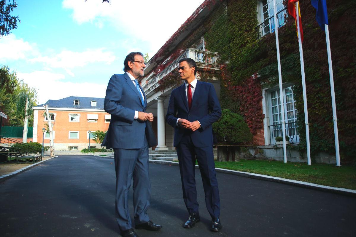 El presidente del Gobierno, Mariano Rajoy y el líder socialista, Pedro Sánchez, conversan en La Moncloa. (Foto: EFE)