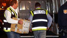 La Policía Nacional durante un registro en Cataluña. (Foto: EFE)