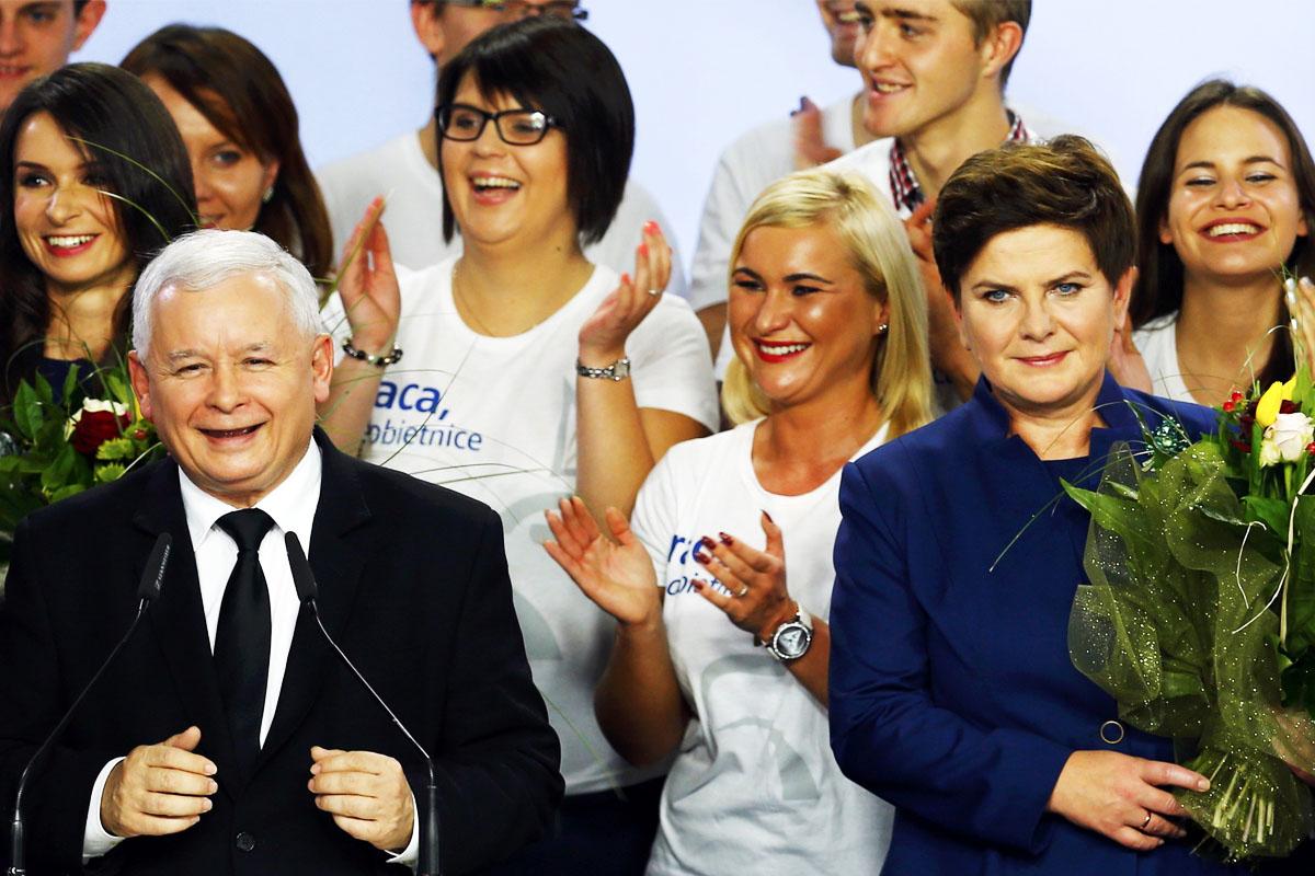 Jaroslaw Kaczynski y la candidata presidencial Beata Szydlo celebran la victoria (Foto: Getty)