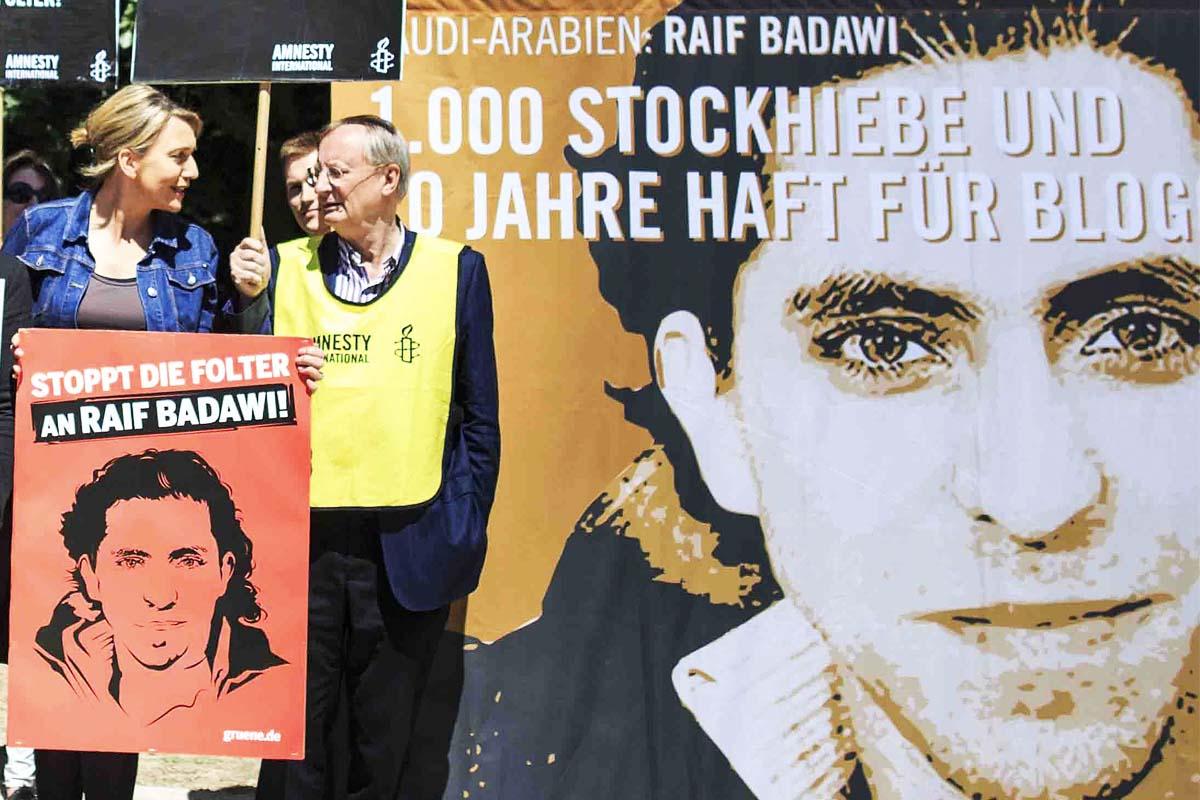 Manifestantes piden la liberación del bloguero Saudí Raif Badawi. (Foto: Getty)