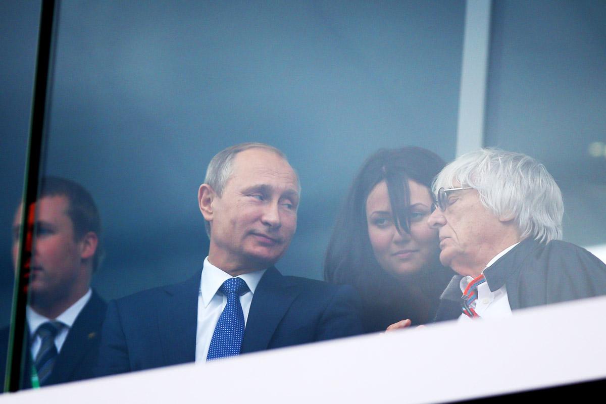 Putin, aquí con el 'jefe' de la F1 Bernie Ecclestone, ha aprovechado la cita de Sochi para hacer política (Foto: Getty)