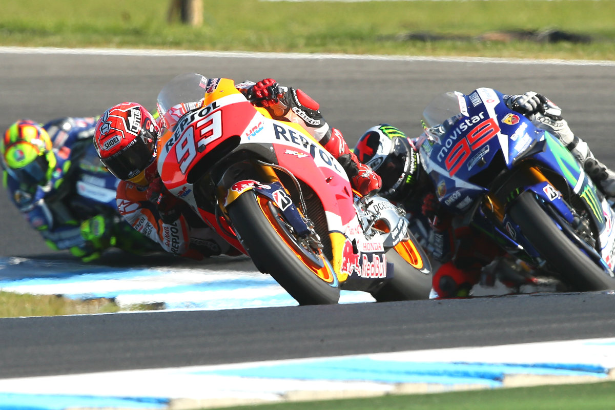 Marquez, Lorenzo y Rossi en una misma curva en la carrera.