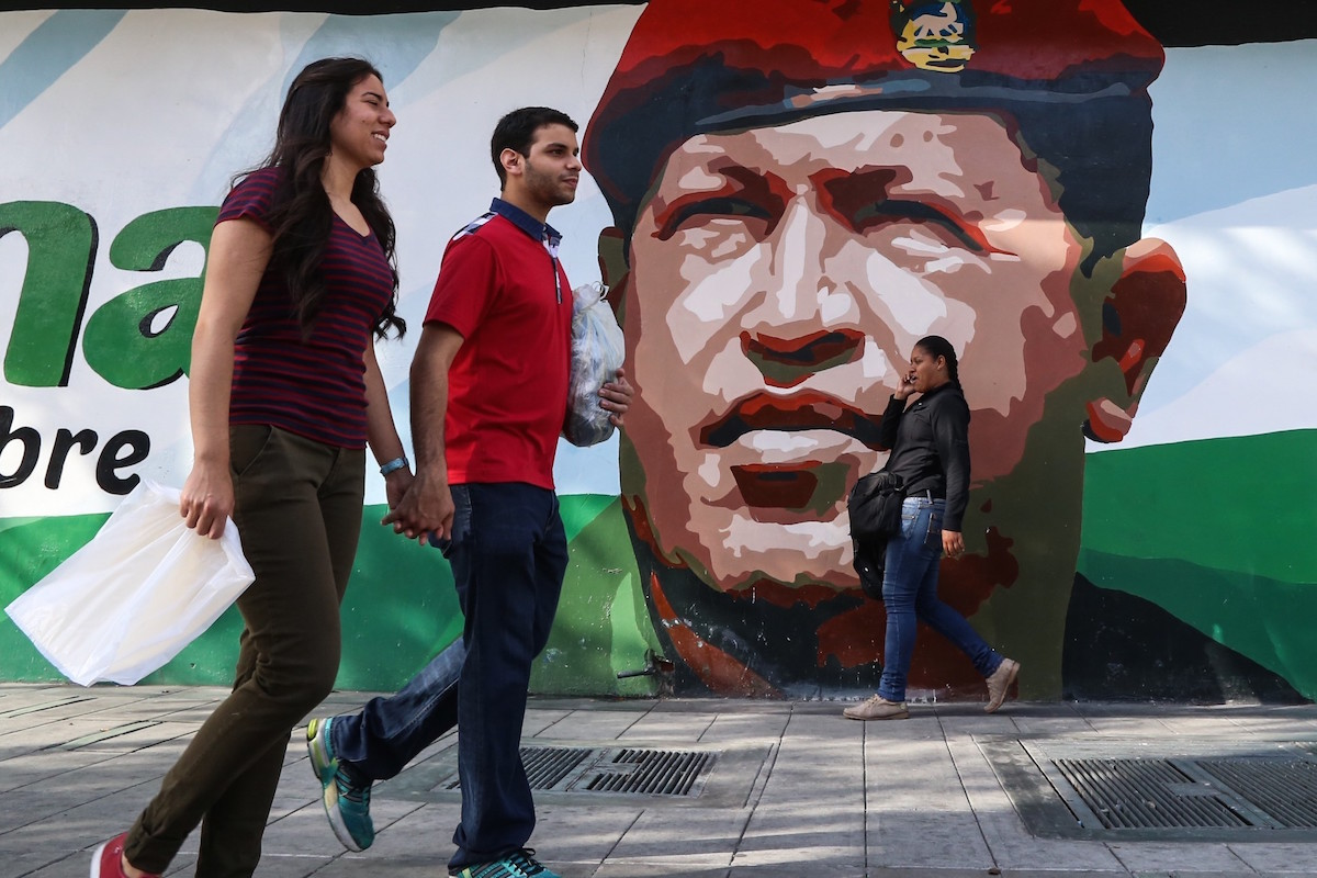 Retrato de Hugo Chávez ubicado en una calle de Caracas con motivo del segundo aniversario de su muerte (Foto: Getty)