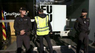 Agentes de la Guardia Civil, esta mañana ante la sede de Convergencia en la calle Córcega de Barcelona (Foto: Efe)
